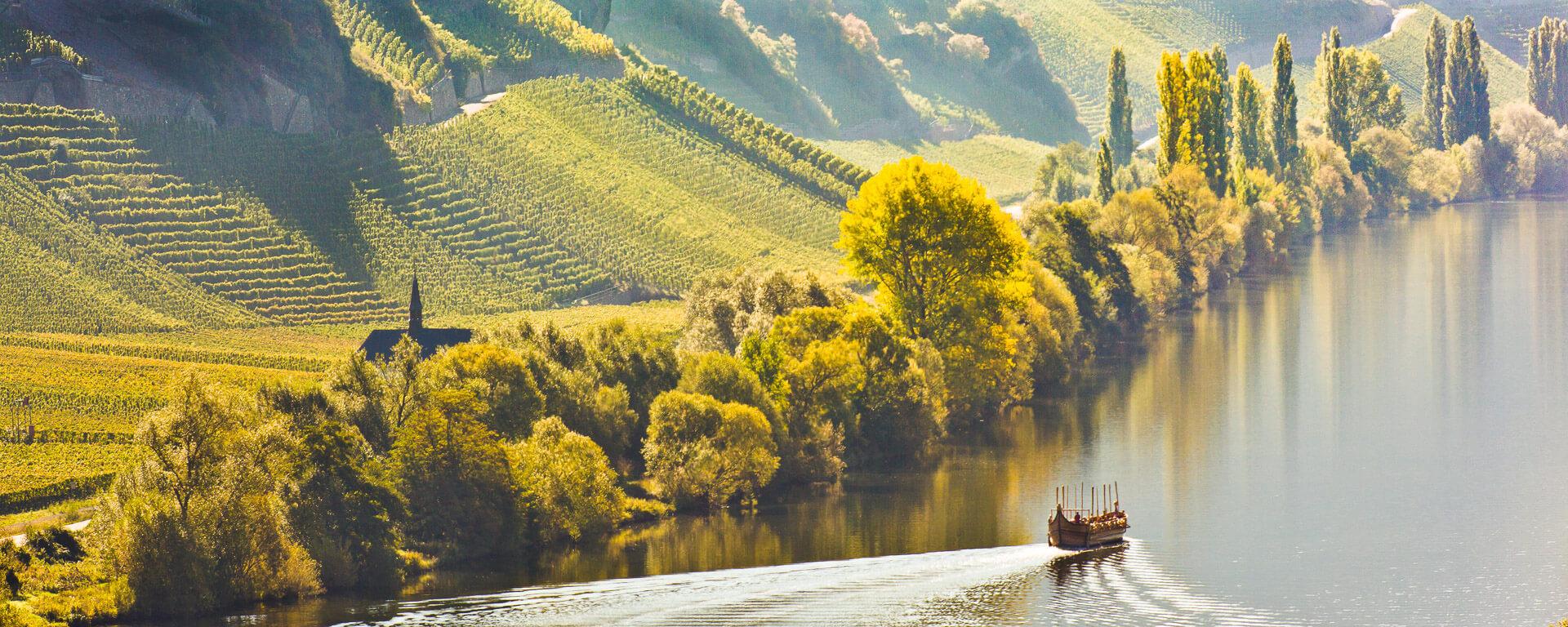Der Nachbau des Römerweinschiffs fährt vor der Märtyrerkapelle